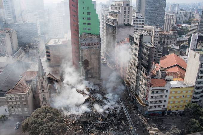 Incêndio provoca desabamento no centro de SP