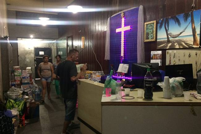 Cruz de led decora o saguão do Edifício Andrade