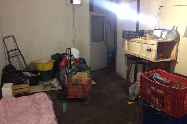 Colchão no chão e improviso: um dos quartos da ocupação