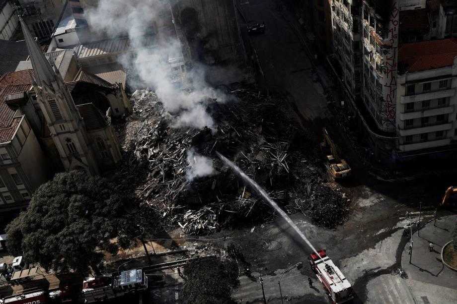 Bombeiros trabalham para extinguir possíveis focos de incêndio no local de desabamento do edifício Wilton Paes de Almeida, no centro de São Paulo - 02/05/2018