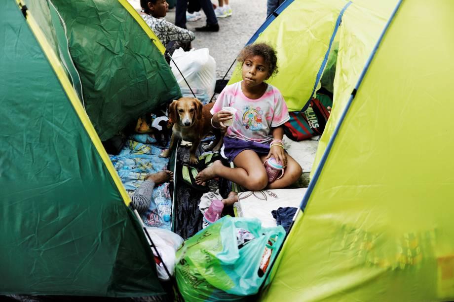 Menina de uma família sem teto que morava no edifício Wilton Paes de Almeida toma café da manhã doado por voluntários no Largo do Painsandu, em São Paulo- 02/05/2018