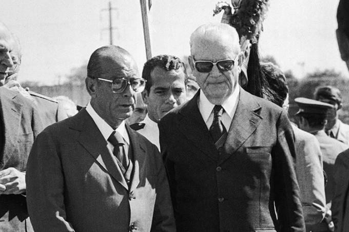 João Figueiredo e Ernesto Geisel no enterro de Orlando Geisel.