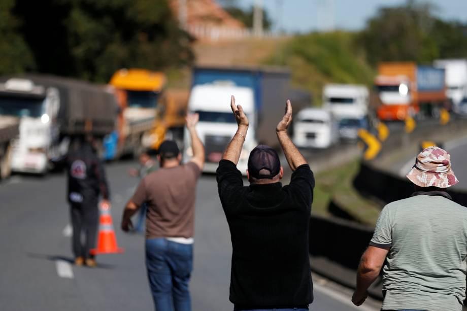 Caminhoneiros bloqueiam a rodovia BR-116, em Curitiba, durante um protesto nacional contra o aumento no preço dos combustíveis - 21/05/2018