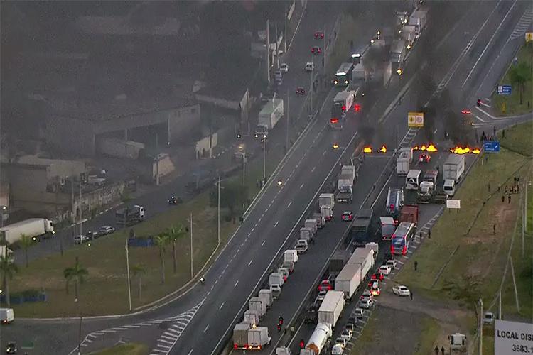 Caminhoneiros bloqueiam a rodovia BR-116, em São Paulo, durante um protesto nacional contra o aumento no preço dos combustíveis - 21/05/2018