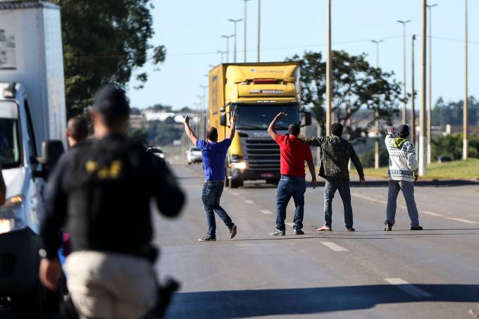 Caminhoneiros protestam contra o preço do diesel