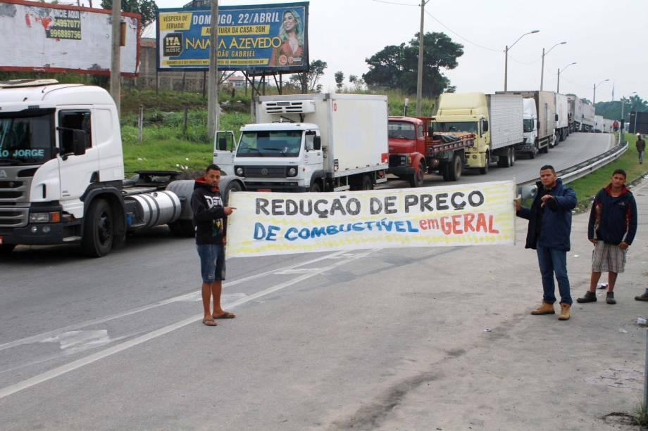 Caminhoneiros autônomos realizam o terceiro dia de protesto na BR 101, na altura do Trevo de Manilha, sentido Rio de Janeiro (RJ). Os motoristas organizam a paralisação contra o aumento do preço do combustível - 23/05/2018