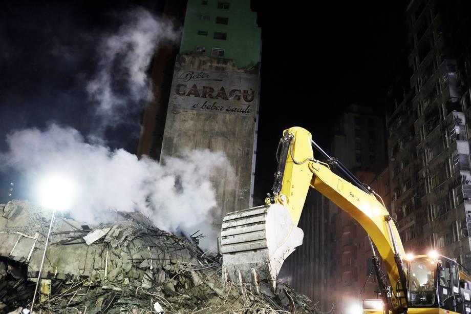 Escavadeira remove escombros de prédio do Largo do Paissandu, na região central de São Paulo (SP) - 02/05/2018