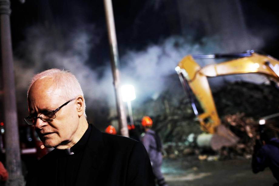 Dom Odilo Scherer visita local onde prédio desabou no Largo do Paissandu, região central de São Paulo (SP) - 02/05/2018