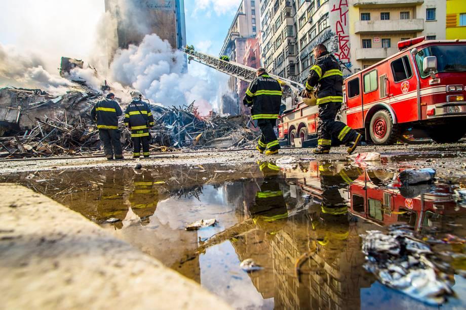 Bombeiros trabalham no combate ao incêndio que atingiu o edifício Wilton Paes de Almeida, no Largo do Paissandu, região central de São Paulo (SP) - 01/05/2018