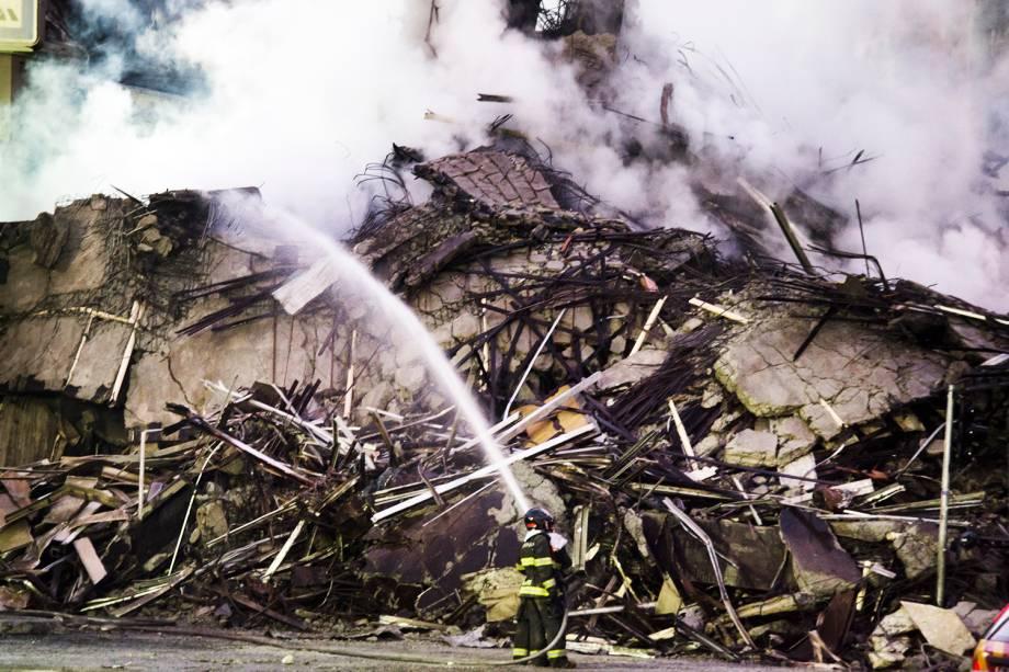 Bombeiros trabalham no combate ao incêndio que atingiu o edifício Wilton Paes de Almeida, no Largo do Paissandu, região central de São Paulo (SP) - 02/05/2018