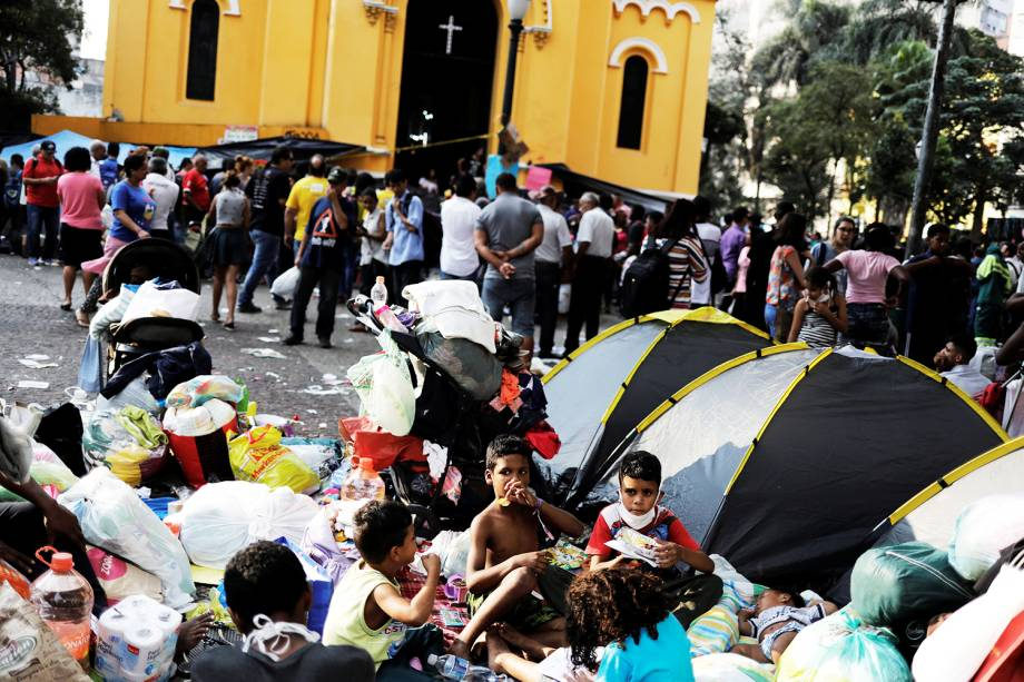 Famílias sem-teto que moravam no edifício Wilton Paes de Almeida recebem alimento de voluntários, no Largo do Paissandu, região central de São Paulo (SP) - 02/05/2018