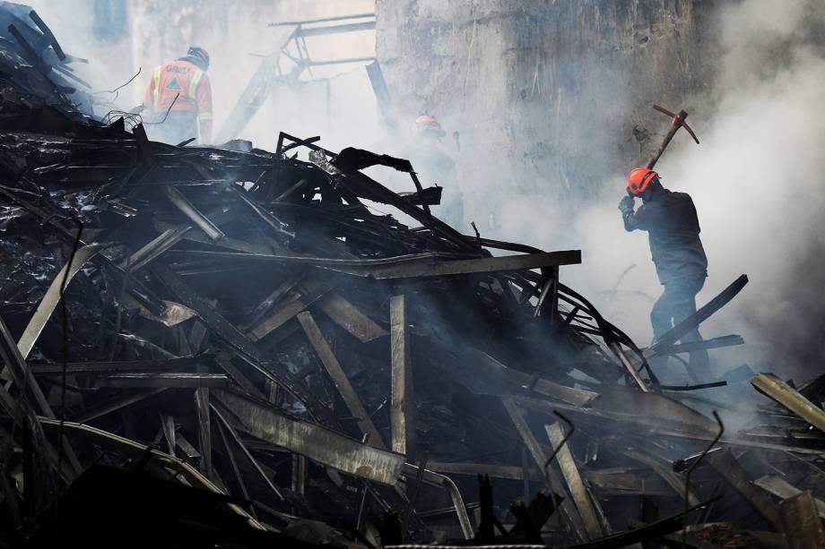 Bombeiros combatem incêndio no Largo do Paissandu, região central de São Paulo (SP) - 02/05/2018