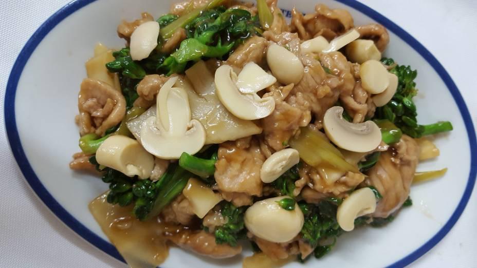 Carne com brócolis e Champion: Opção de prato principal no almoço