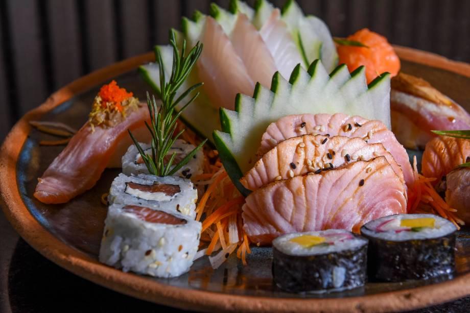 Combinado Nikkei com 16 peças na etapa principal do jantar