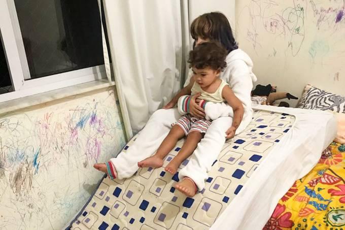 Filhos de Bela Gil brincam em colchão