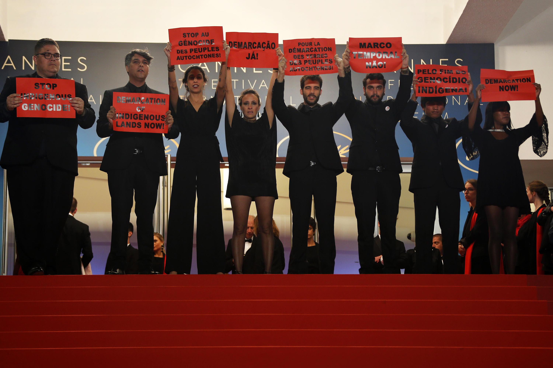 Elenco e produção do filme 'Chuva e Cantoria na Aldeia dos Mortos' levantam cartazes em protesto ao genocídio indígena e pela demarcação de terras no Tapete Vermelho do 71º Festival de Cannes, na França - 16/05/2018