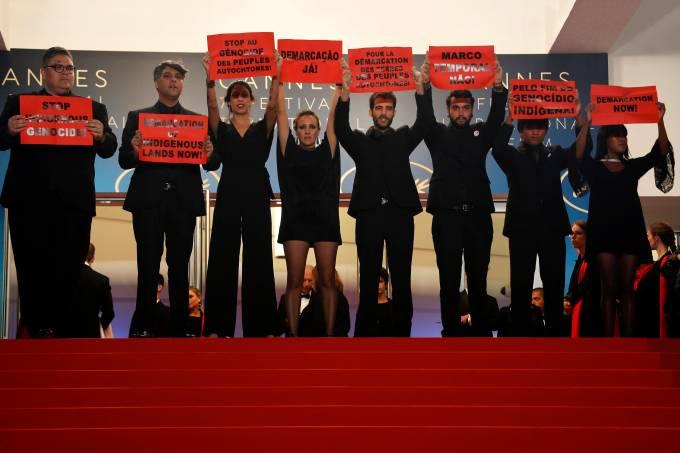 """Elenco de """"Chuva é Cantoria na Aldeia dos Mortos"""" no Tapete Vermelho de Cannes"""