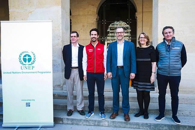O piloto brasileiro da Fórmula E, Lucas Di Grassi (2º da esq.p/dir) é o novo embaixador da ONU para o meio ambiente