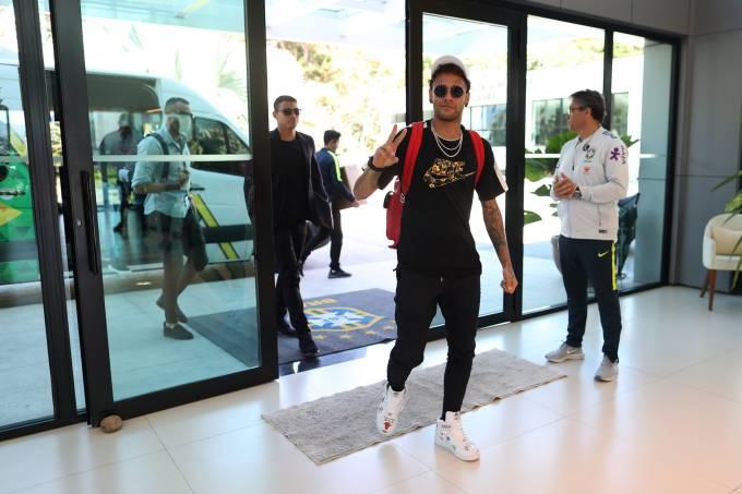 Neymar se apresenta na Granja Comary