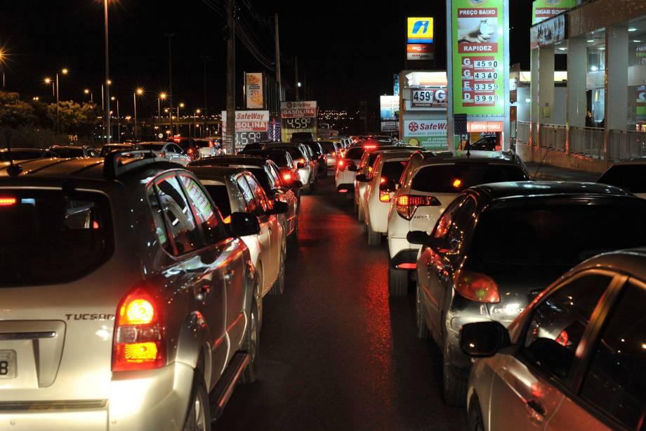 População forma fila nos postos de Brasília durante a madrugada após pronunciamentos de que o combustível começa a faltar - 24/05/2018
