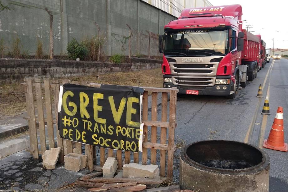 Manifestação de caminhoneiros no distrito industrial do Taboão, em Mogi das Cruzes, contra o aumento no preço dos combustíveis - 24/05/2018