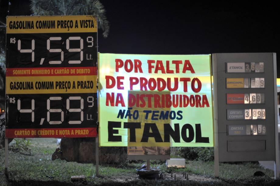 Placa em posto de gasolina, no Distrito Federal, em Brasília, indica a falta de etanol. Devido à greve dos caminhoneiros, o combustível não chegou aos postos - 24/05/2018