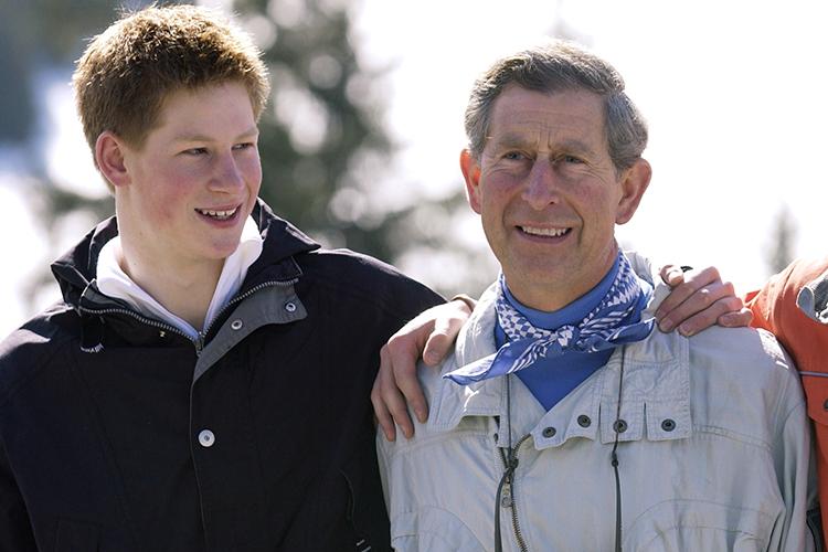 Príncipe Harry durante sua adolescência, com seu pai, o príncipe Charles - 29/03/2002