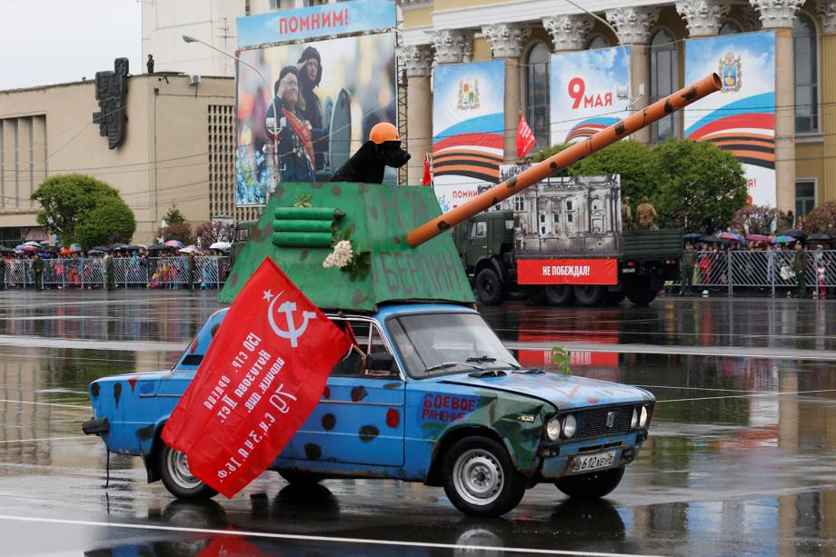 Carro decorado participa de marcha em comemoração do 73º aniversário da vitória russa contra o Nazismo na Segunda Guerra em Rostov-on-Don - 09/05/2018