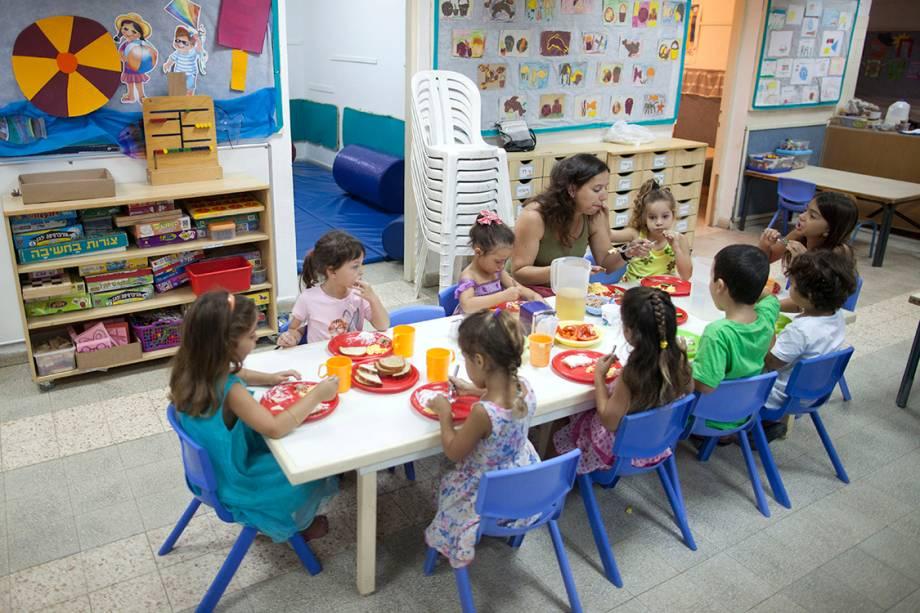 Criança comem lanche em pré-escola Israelense - 17/07/2014