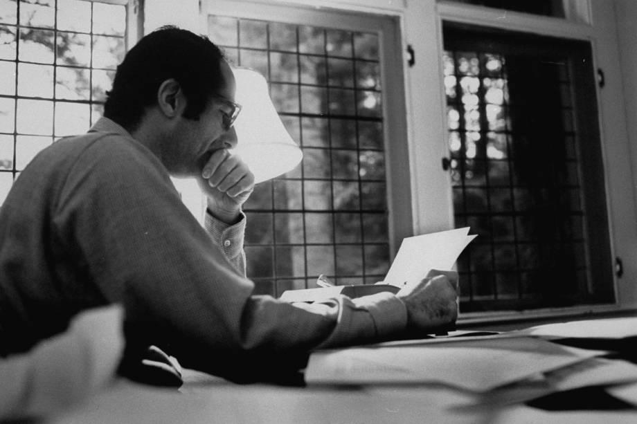 O escritor americano Philip Roth, trabalhando em um manuscrito em 1968