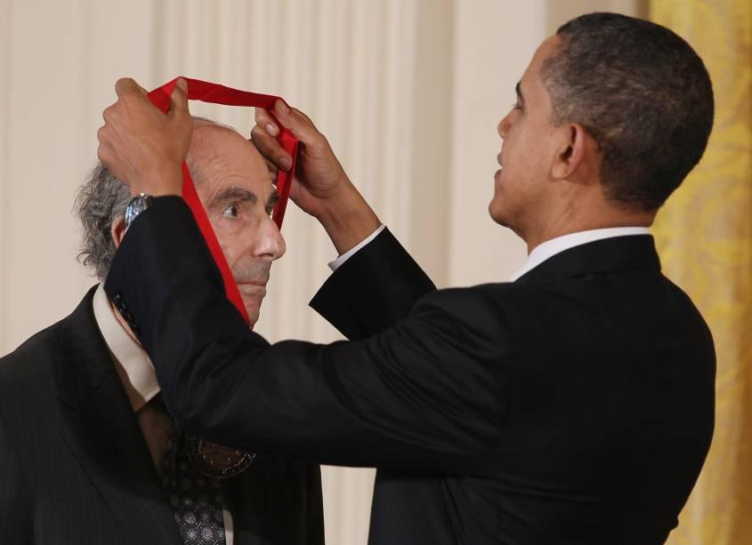 O ex-presidente dos Estados Unidos, Barack Obama, entrega a Medalha Nacional de Humanidades em 2011 para o romancista Philip Roth durante uma cerimônia na Sala Leste da Casa Branca