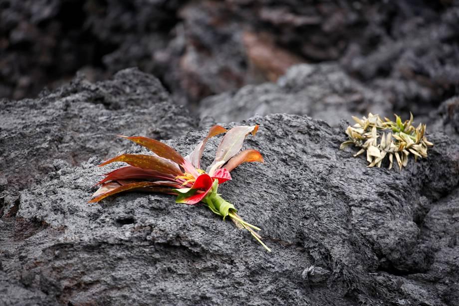 Buquê é colocado sobre lava resfriada após a erupção do vulcão Kilauea, no Havaí - 13/05/2018