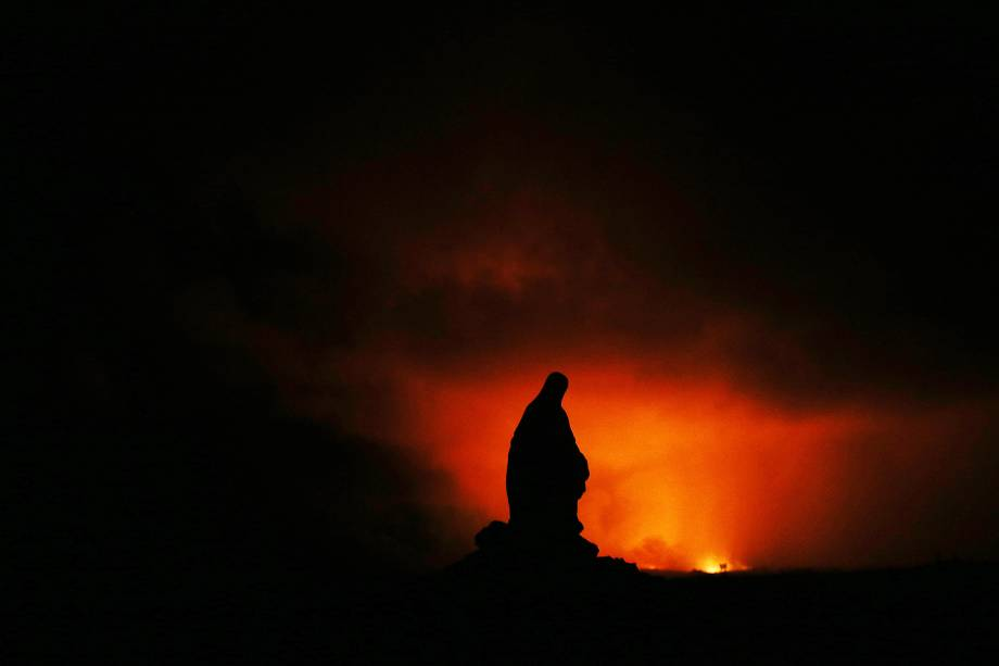 Silhueta da imagem da Virgem Maria é vista durante erupção do vulcão Kilauea, no Havaí - 14/05/2018
