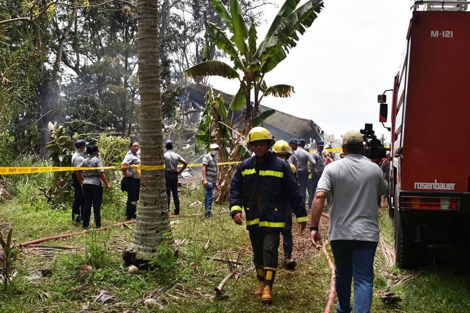 Equipes de resgate são vistos no local onde avião caiu ao decolar do Aeroporto Internacional José Martí - 18/05/2018