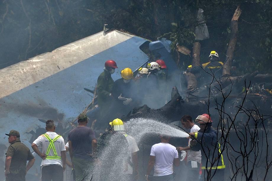 Equipes de emergência trabalham no local da queda de um avião da empresa Cubana de Aviacion que caiu após decolar do Aeroporto Internacional Jose Marti, em Havana - 18/05/2018