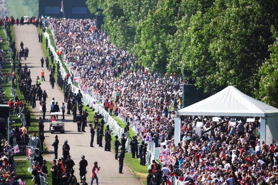 Multidão se aglomera nos arredores do Castelo de Windsor para acompanhar a cerimônia de casamento entre o príncipe Harry e a atriz Meghan Markle - 19/05/2018