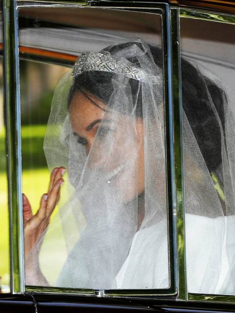 Meghan Markle deixa o hotel para participar de cerimônia de casamento; é o primeiro vislumbre do vestido de noiva - 19/05/2018