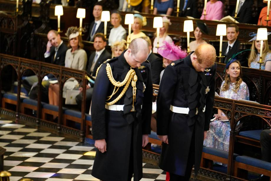 Príncipes Harry e William fazer reverência ao chegar na Capela de São Jorge, em Windsor - 19/05/2018