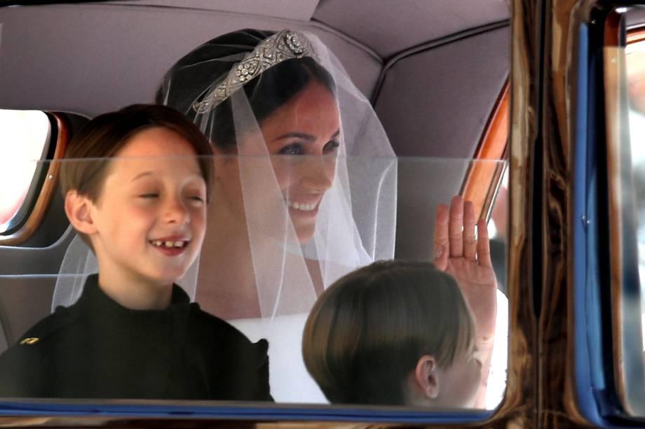 Porém, por ordem de precedência, a mãe de Meghan entrou na Capela de São Jorge primeiro; a noivachegaria acompanhada de pajens e daminhas - 19/05/2018