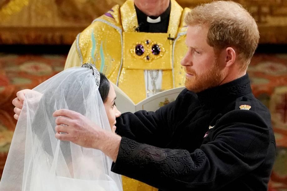 O príncipe Harry tira o véu que cobre o rosto de Meghan - 19/05/2018