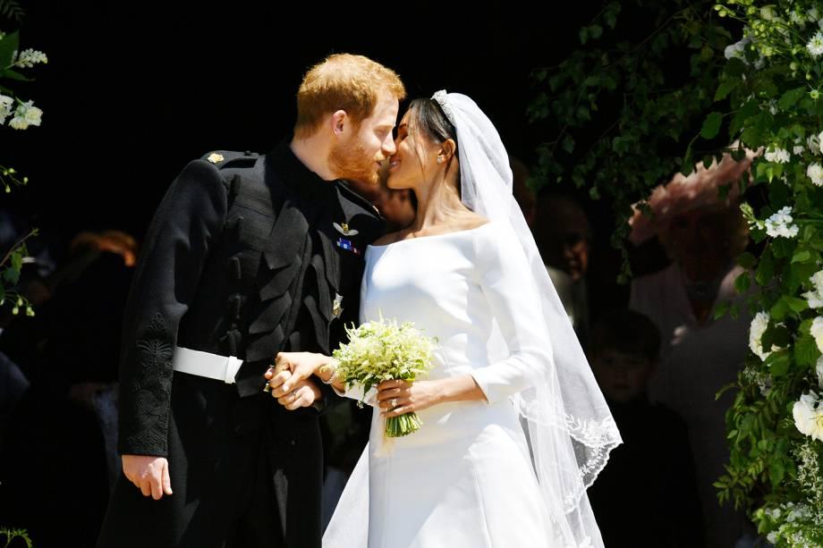 O duque e a duquesa de Sussex se beijam nas escadarias da Capela de São Jorge - 19/05/2018