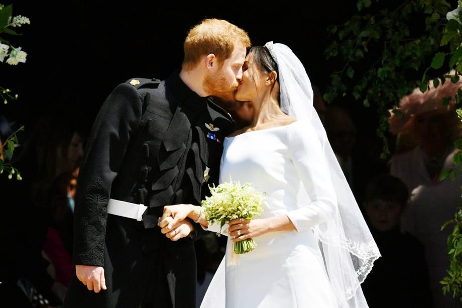 Príncipe Harry e Meghan Markle se beijam nas escadarias da Capela de São Jorge, em Windsor - 19/05/2018