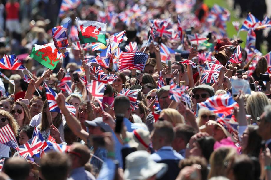 Multidão se aglomera nos arredores do Castelo de Windsor para acompanhar a passagem da carruagem os duques de Sussex - 19/05/2018