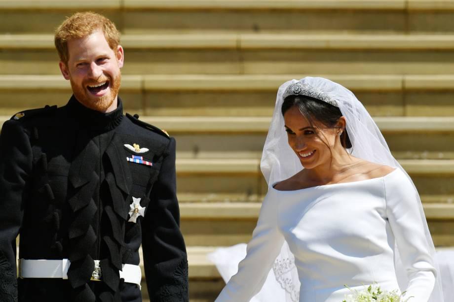 O duque e a duquesa de Sussex são fotografados nas escadarias da Capela de São Jorge após a cerimônia de casamento - 19/05/2018