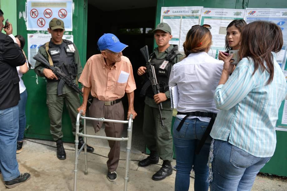 Venezuelano sai de um centro de votação após votar em eleições presidenciais em Barquisimeto - 20/05/2018
