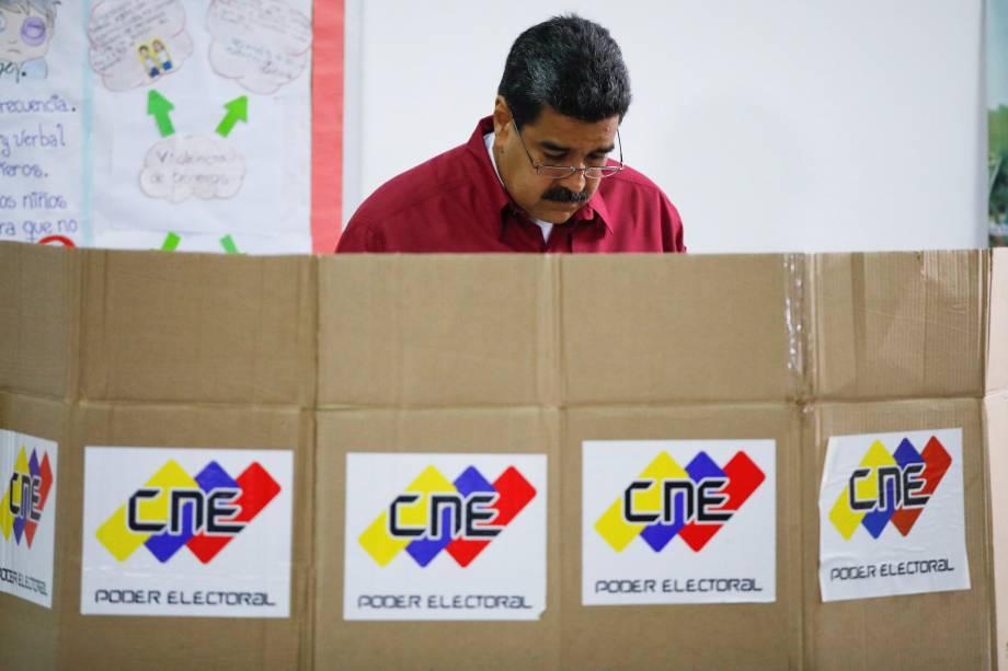 O presidente da Venezuela, Nicolás Maduro, vota durante a eleição presidencial em Caracas - 20/05/2018