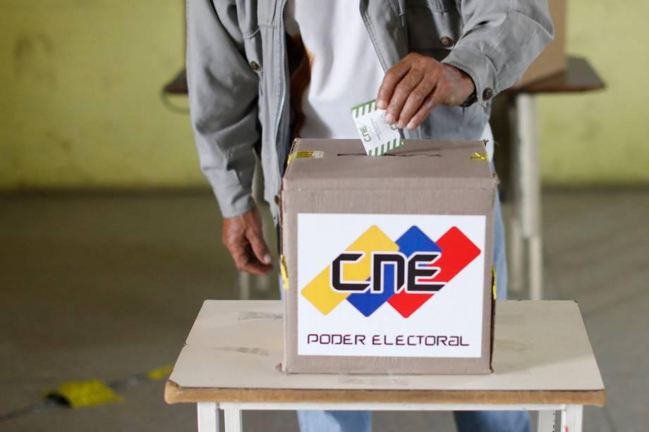 Cidadão venezuelano deposita seu voto em um centro de votação durante a eleição presidencial em Barquisimeto - 20/05/2018