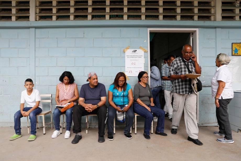Cidadãos venezuelanos esperam para votar em uma seção de votação durante a eleição presidencial em Barquisimeto - 20/05/2018
