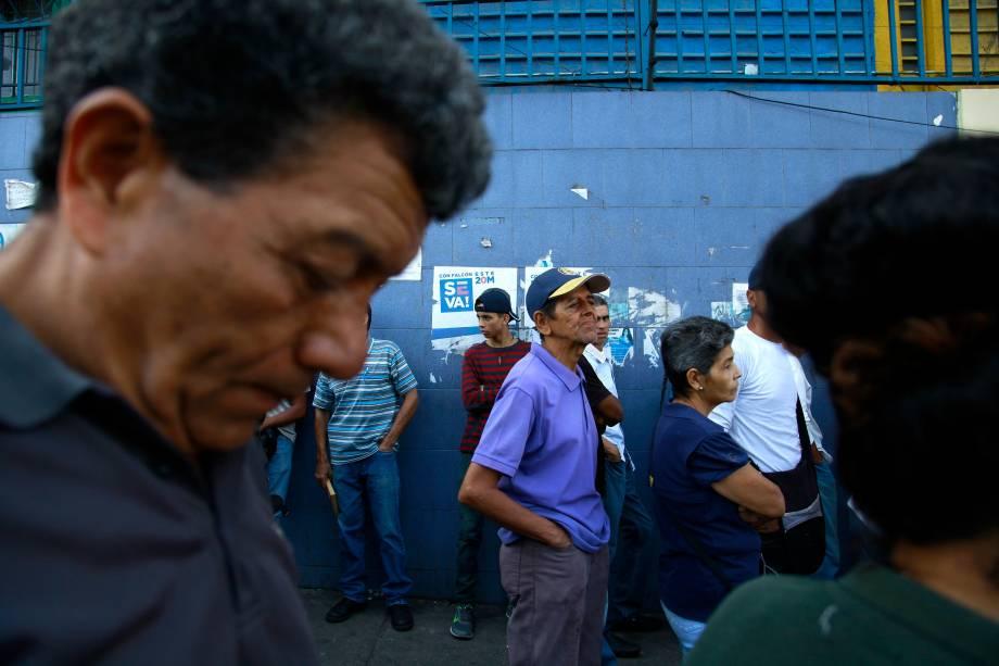 Cidadãos venezuelanos esperam para votar em uma seção de votação durante a eleição presidencial em Caracas - 20/05/2018
