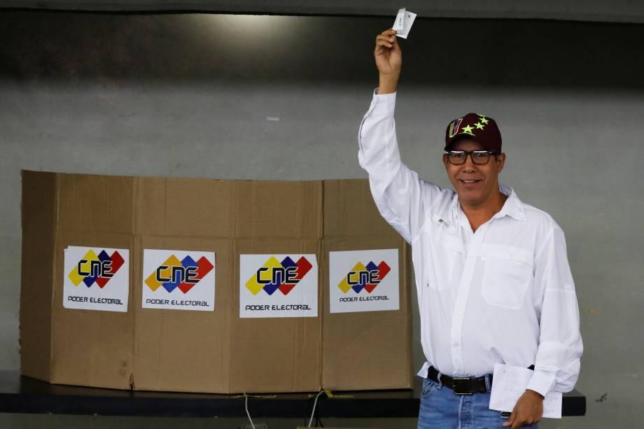 O candidato Henri Falcón, do partido Avanzada Progresista, posa para foto depois de votar durante a eleição presidencial em Barquisimeto, na Venezuela - 20/05/2018